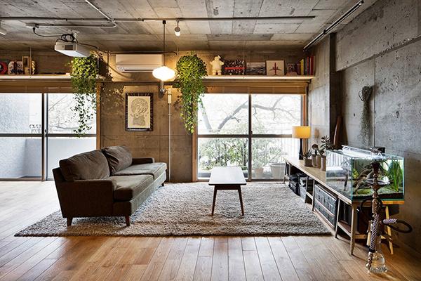 interer-v-stile-loft-s-betonnyimi-stenami